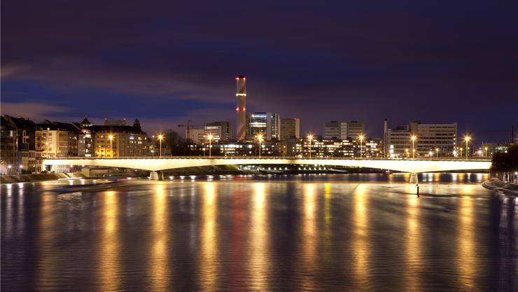 Basel weist vergleichsweise tiefe Beleuchtungsstromwerte auf – Sparpotenzial ist gleichwohl vorhanden. Im Bild: die Johanniterbrücke. Keystone