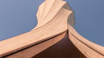 Geschwungene Holzelemente brauchten bisher energieintensive Maschinen, die das Holz in Form pressten. Mit der neuen Methode formt sich das Holz beim Trocknen selbst.