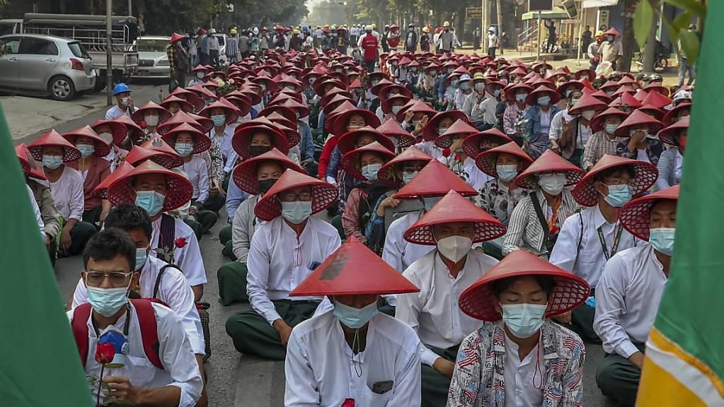 Lehrer, in ihren Uniformen und traditionellen Myanmar-Hüten, nehmen an einer Demonstration gegen den Militärputsch teil. Mit diesen traditionellen Hüten protestierten Lehrerinnen und Lehrer. (Archivbild)