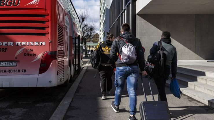 Schulbus, Shuttlebus, Schülertransport, Bus: Schüler fahren vom Berufbildungszentrum ins CIS