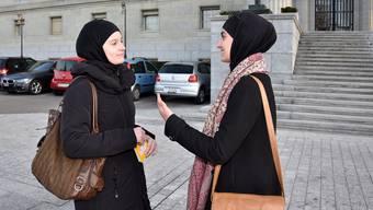 Nach Therwil entsandt: Janina Rashidi (links) im Gespräch mit IZRS-Generalsekretärin Ferah Ulucay im vergangenen Dezember vor dem Bundesgericht in Lausanne.