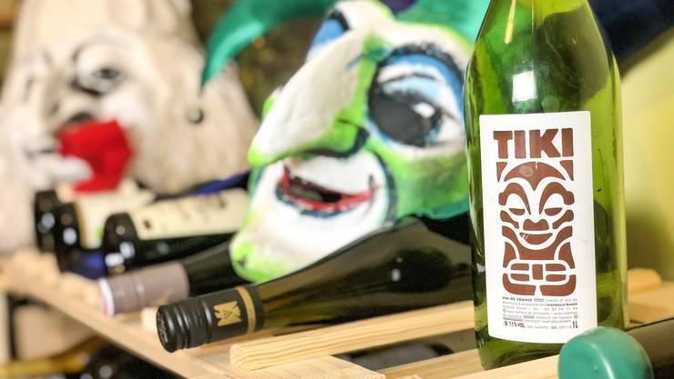 Der Ueli trinkt Tiki: Dass Wein und Larven in einer Keller-WG leben, zeigt vor allem etwas – dieser Weinkeller ist nicht genug feucht.
