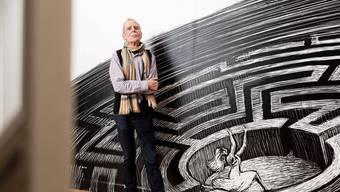 Stimmungsvoller Empfang im Museumsfoyer: Hannes Binder vor seinem Labyrinth.