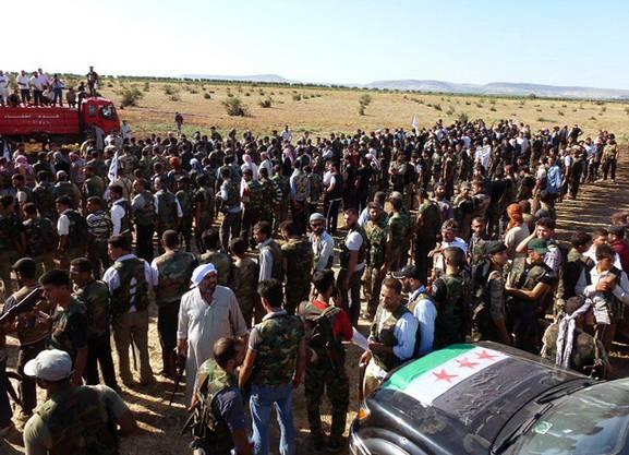Bewaffnete syrische Rebellen versammeln sich bei Aleppo.