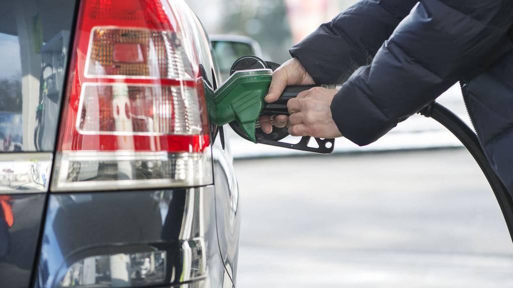 So günstig wie schon lange nicht mehr: Autofahrer profitieren. (KEYSTONE/Christian Beutler)