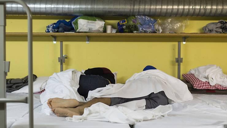 Asylsuchende schlafen in einer als Asylnotunterkunft genutzten Zivilschutzanlage in St. Gallenkappel.