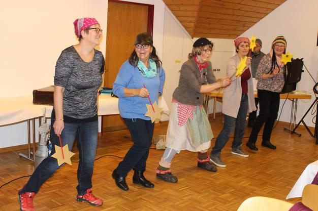 S'Rösle usem Chrächethal (mitte) zauberte mit Witz, Gesang und Tanz eine fröhliche Stimmung in den Versammlungssaal.