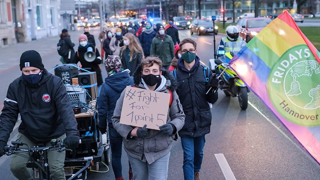 ARCHIV - Aktivisten der Klimabewegung «Fridays for Future» demonstrieren zum globalem Streikttag im Dezember mit einem «Walk of Shame» in der Innenstadt von Hannover. Foto: Ole Spata/dpa