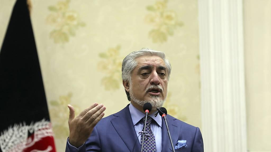 Abdullah Abdullah, Vorsitzender des Nationalen Rats für Versöhnung in Afghanistan und Delegationsleiter der afghanischen Regierung, spricht bei einer Pressekonferenz. Foto: Rahmat Gul/AP/dpa