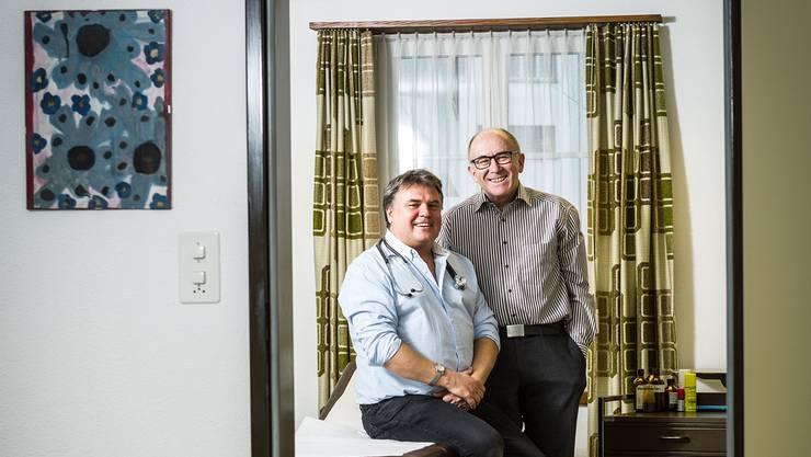 Nach 35 Jahren übergibt Richard Dietiker (rechts) seine Hausarztpraxis an André Brzenska.