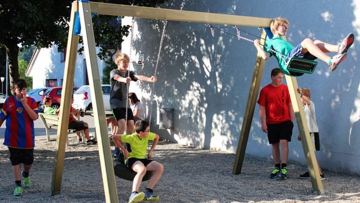 Die Begeisterung ist gross: Die Kinder der Jugi Mandach nehmen – noch vor dem Training – den erneuerten Spielplatz in Beschlag.