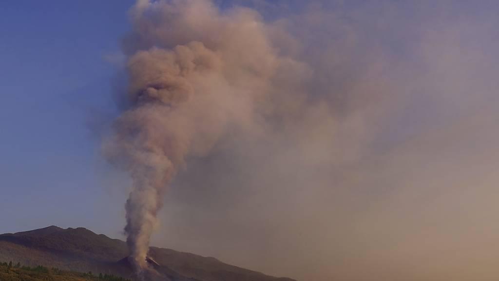 Lava fließt aus dem Vulkan auf der Kanareninsel La Palma. Seit der Vulkan in der Cumbre Vieja im Süden der Insel am 19. September erstmals nach 50 Jahren wieder aktiv wurde, hat die Lava schon mehr als 1000 Gebäude zerstört, davon 880 Wohnhäuser. Foto: Daniel Roca/AP/dpa