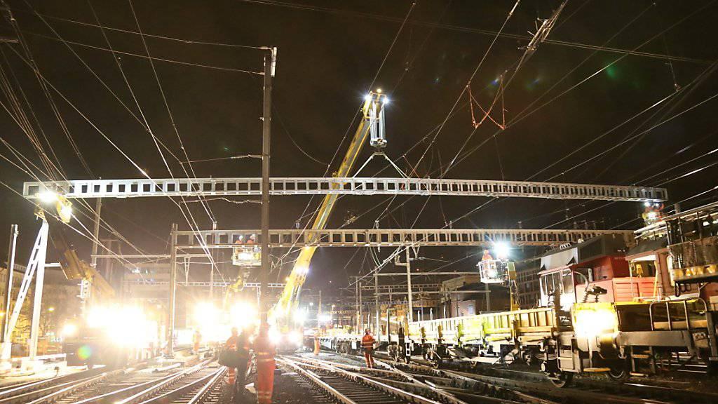 In der Nacht auf Montag ist beim Bahnhof in Winterthur eines der schweizweit grössten Fahrleitungsjoche montiert worden. Der Metallkoloss erstreckt sich über acht Gleise und ist 44,5 Meter lang.