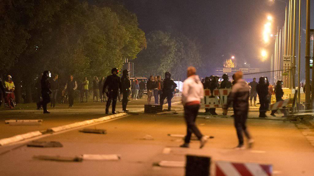 Am zweiten Tag in Folge kam es in Heidenau bei einem Asylbewerber-Heim zu Zusammenstössen zwischen der Polizei und rechtsextremen Demonstranten.