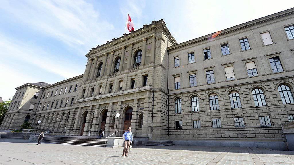 An der ETH dürften Studentinnen und Studenten aus dem Ausland künftig mehr zahlen müssen. Im Bild das Hauptgebäude der ETH Zürich (Archiv).