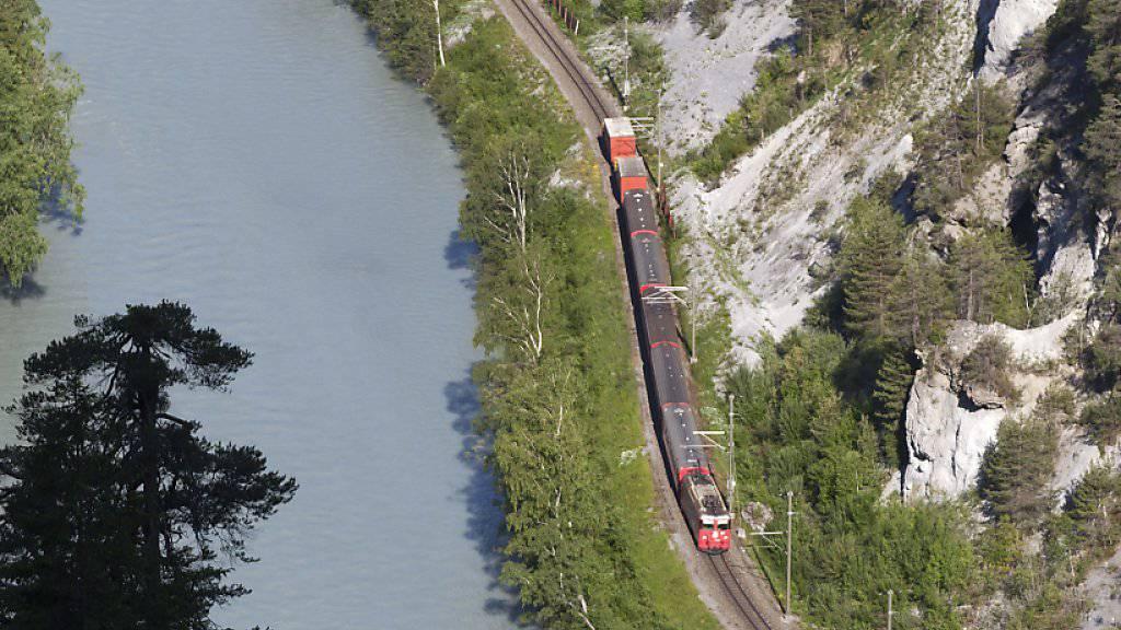 Ein Bach überflutete die Geleise der Rhätischen Bahn zwischen Disentis und Chur. (Archivbild)
