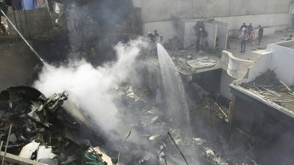 Ein Flugzeug mit über 100 Menschen an Bord ist im Süden Pakistans in ein Wohngebiet abgestürzt.