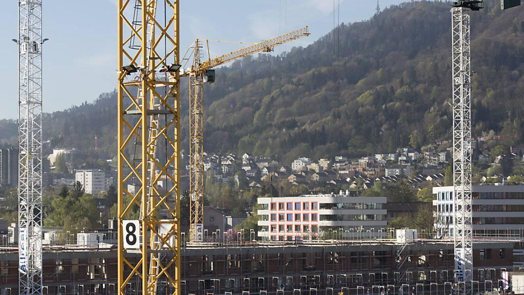 Seit 2013 wird Bauen in der Schweiz tendenziell wieder günstiger. (Archiv)