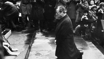 Willy Brandt kniet am 7. Dezember 1970 am Denkmal für die Opfer des Warschauer Ghettos.