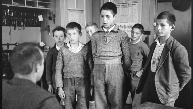 Hatten damals nichts zu melden: Buben vor dem Leiter des Knabenerziehungsheims Oberbipp im Kanton Bern, 1940.