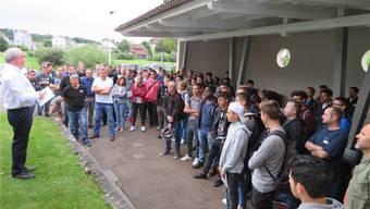 Chefinstruktor Heinz Aemmer begrüsst im Ausbildungszentrum Swissmechanic in Gerlafingen 130 Lernende, Lehrmeister und Gäste.zvg