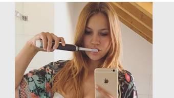 Mit diesem Werbe-Selfie für eine Zahnbürste macht Ex-Miss Kerstin Cook Furore auf Facebook. Die meisten Kommentatoren übersahen die Bürste und sahen auf die Brüste. (Facebook)