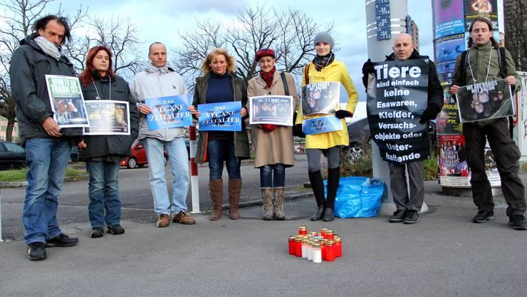 Veganer demonstrieren gegen den Fleischkonsum vor dem Schlachthof beim Letzigrund.