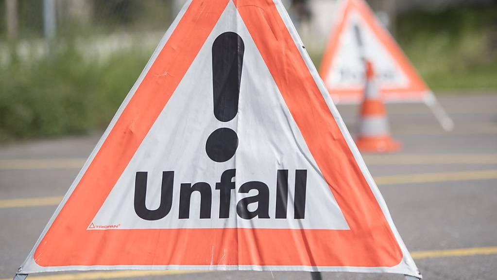 Beim Unfall in Retschwil prallte eine Autofahrerin frontal gegen einen Baum. (Symbolbild)