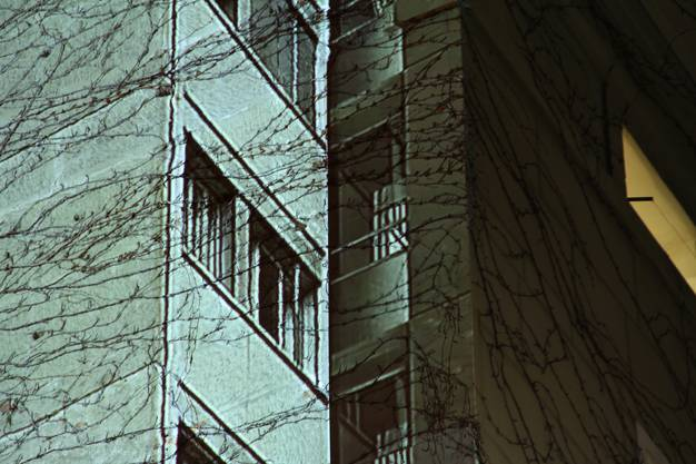 Künstlerin Angela Wüst wird am ersten Stadtfest-Wochenende den Schwarzen Turm in Brugg verfärben. Die Bilder zeigenvergangenen Arbeiten mit Projektion von Angela Wüst.