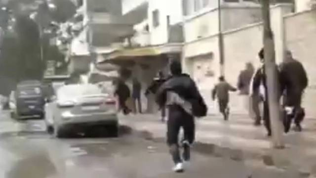 Demonstranten fliehen vor Schüssen in Hama (Amateurvideo)