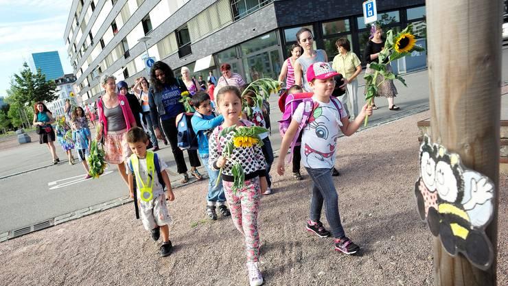 Die Primarschüler machen sich auf den Weg zum ersten Schultag.