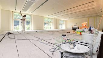 Im auf 70 Quadratmeter vergrösserten Gerichtssaal werden derzeit die finalen Arbeiten an Decke und Wänden ausgeführt.