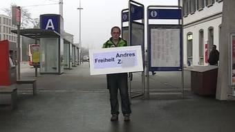 Obwohl Kuno Winkelhausen zur Demonstration gegen die Verwahrung des Brandstifters der St. Ursen Kathedrale aufrief, stand er heute alleine am Bahnhof Solothurn.