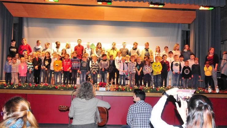 Musikalische Umrahmung: Vom Kindergärtner bis zur Sechstklässlerin machen alle mit.
