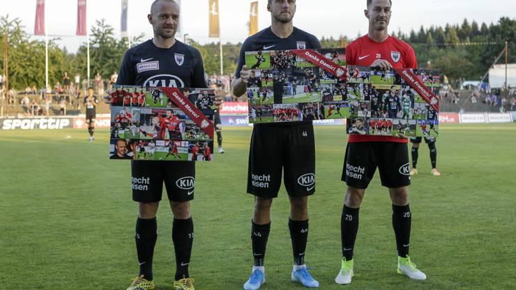 Vor dem Anpfiff des letzten Heimspiels der Saison werden Marco Schneuwly (l.), Damir Mehidic (M.) und François Affolter werden vom FC Aarau verabschiedet.