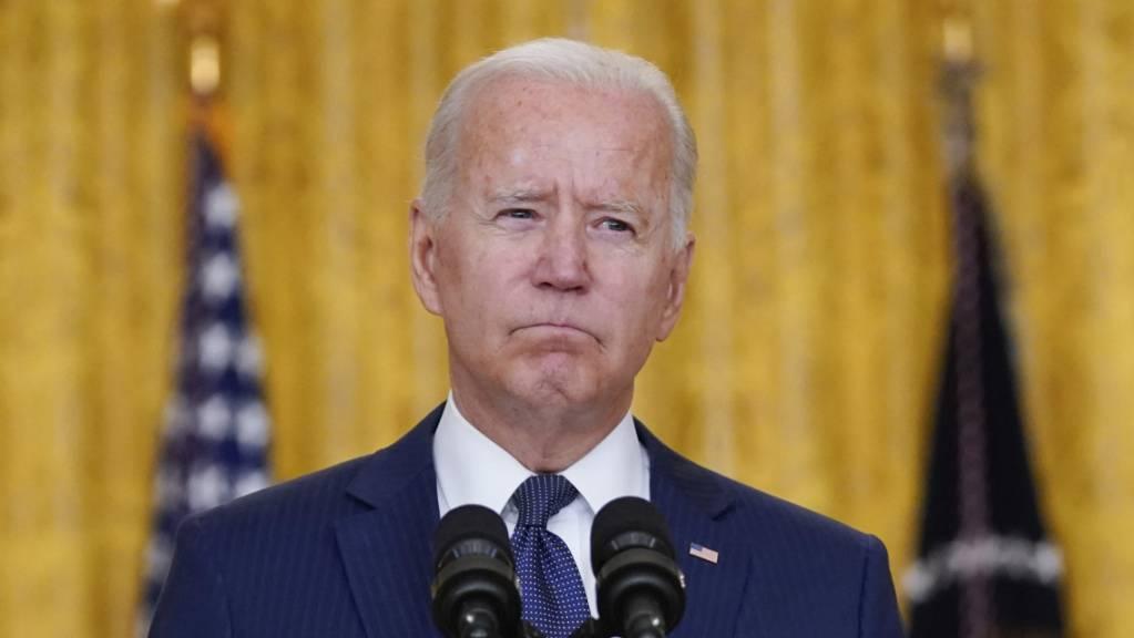 US-Präsident Joe Biden ballt die Fäuste.