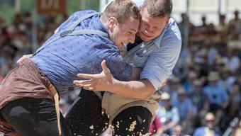 Jung und bös und Innerschweizer: Pirmin Reichmuth (rechts) und Joel Wicki bei ihrem gestellten Gang am Luzerner Kantonalfest in Willisau