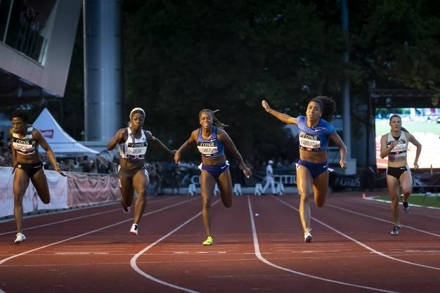 Mujinga Kambundji (zweite von rechts) gewinnt das Rennen über 100 m in starken 11,15 Sekunden.