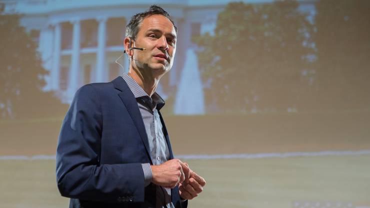 Historiker Daniele Ganser hat ein neues Geschäftsmodell entdeckt: Er tourt mit seinen Vorträgen durch Europa.