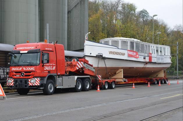 Der Transport der MS Oberhofen war vor allem wegen seiner Höhe von 5,55 Metern tückisch.