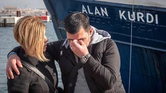 ARCHIV - HANDOUT - Der Vater (r) von Alan Kurdi steht bei der Taufe vor dem Rettungsschiff von Sea Eye auf den Namen seines Sohnes. Alan Kurdi war ein dreijähriger syrischer Junge kurdischer Abstammung, dessen Leiche 2015 an einen türkischen Strand angespült worden ist. Foto: Maik Lüdemann/Sea Eye/dpa - ACHTUNG: Nur zur redaktionellen Verwendung und nur mit vollständiger Nennung des vorstehenden Credits