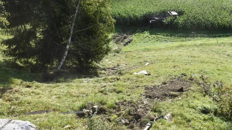 Der Lastwagen überschlug sich mehrmals einen Abhang hinunter, bevor er in einem Maisfeld zum Stillstand kam.