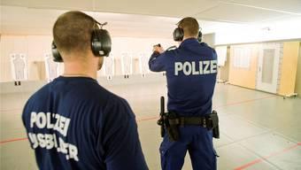 Ein Polizeiaspirant bei der Schiessausbildung an der interkantonalen Polizeischule Hitzkirch. (Archivbild)