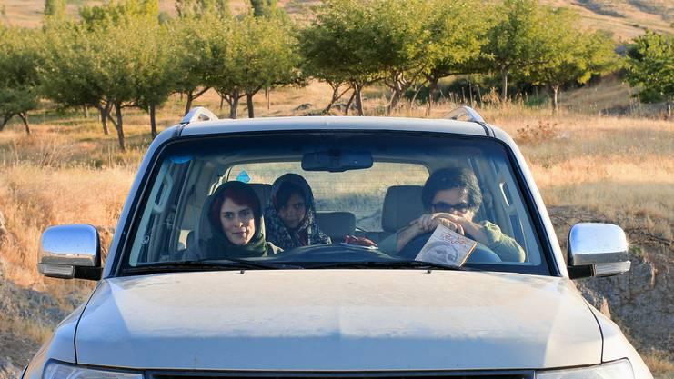 Skurriler Roadtrip: Jafar Panahi (hinter dem Steuer) mit Jafar Panahi mit Behnaz Jafari (links) und Marziyeh Rezaei.