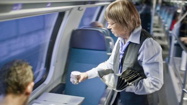 Eine Mitarbeiterin der SBB Minibar schenkt einen Kaffee aus (Archiv)