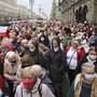 Menschen, meist ältere Frauen, gehen während einer Kundgebung der Opposition, um gegen die offiziellen Ergebnisse der Präsidentschaftswahlen zu protestieren. Foto: AP/dpa