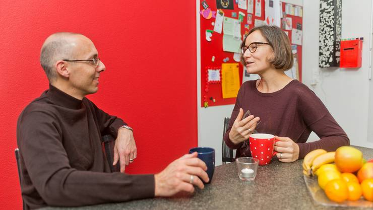 Katia und Thomas Röthlin in ihrer Küche in Baden-Dättwil, wo künftig auch die eine oder andere Sitzung stattfinden wird.