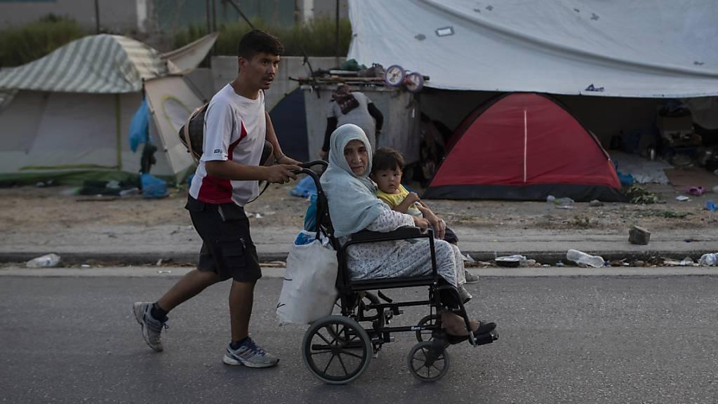 Sechs Staaten, darunter auch die Schweiz, haben in einem Brief an die EU-Kommission Athen kritisiert. Zu viele Flüchtlinge würde wegen schlechten Lebensbedingungen aus Griechenland weg gehen und in anderen Staaten erneut Asyl beantragen, lautete die Kritik. (Archiv)