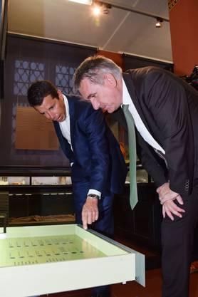 Kantonsarchäologe Georg Matter (links) und Regierungsrat Alex Hürzeler bestaunen den römischen Münzschatz