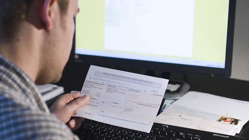 Einzahlungsschein ade: Herr und Frau Schweizer haben in der Coronakrise doppelt so viele elektronische Rechnungen bezahlt wie im Jahr zuvor. (Symbolbild)